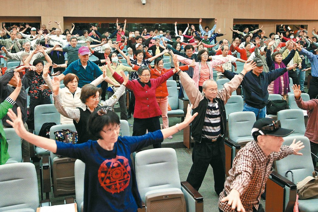 教練現場帶領民眾跳有氧運動,訓練肌力。 記者林伯東/攝影