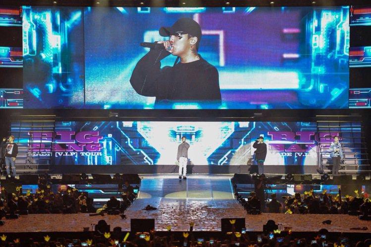 超惊险!BIGBANG大声开唱玩掉麦克风 胜利偷婊T.O.P