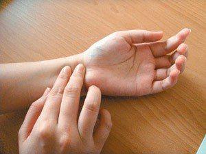 你會量脈搏嗎?測量時手心朝上,以另隻手的食指和中指放在手腕上,以拇指為基準點,食...