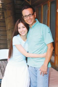 任容萱(左)說自己愛爸爸的方式是「行動派」,很少抱著任爸撒嬌。 記者陳瑞源/攝影