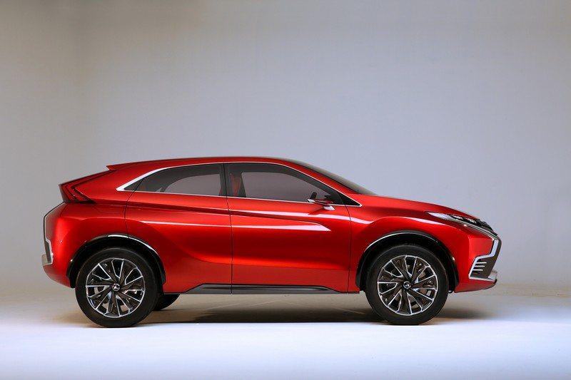 類雙門跑車低斜背車頂融合休旅車高車身的跨界設計,腰身雕塑從前門中段向後的深刻肌力...