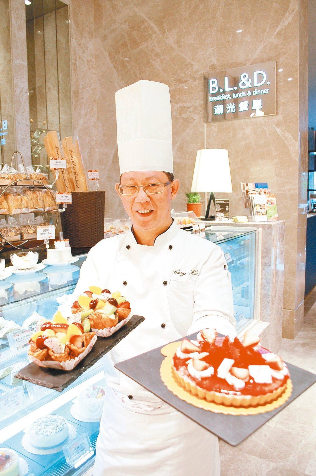 行政總主廚許錫財拿出最受消費者青睞的兩款甜點。 記者蔡家蓁/攝影