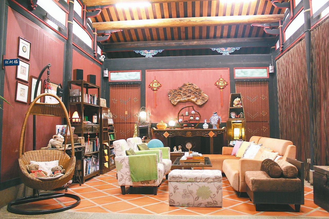 「校長的家」後廳改走中西混搭的南洋風,半露天的空間中備有音響、茶具與各式書籍、音...