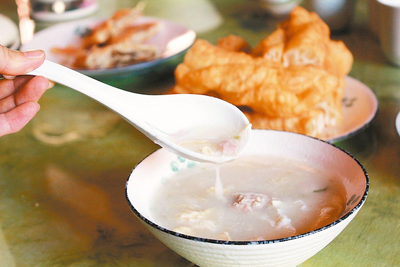 「金門廣東粥」特色是將米煮到看不見顆粒,配料有肉片、肉丸及蛋等。 記者韓經淳/攝...