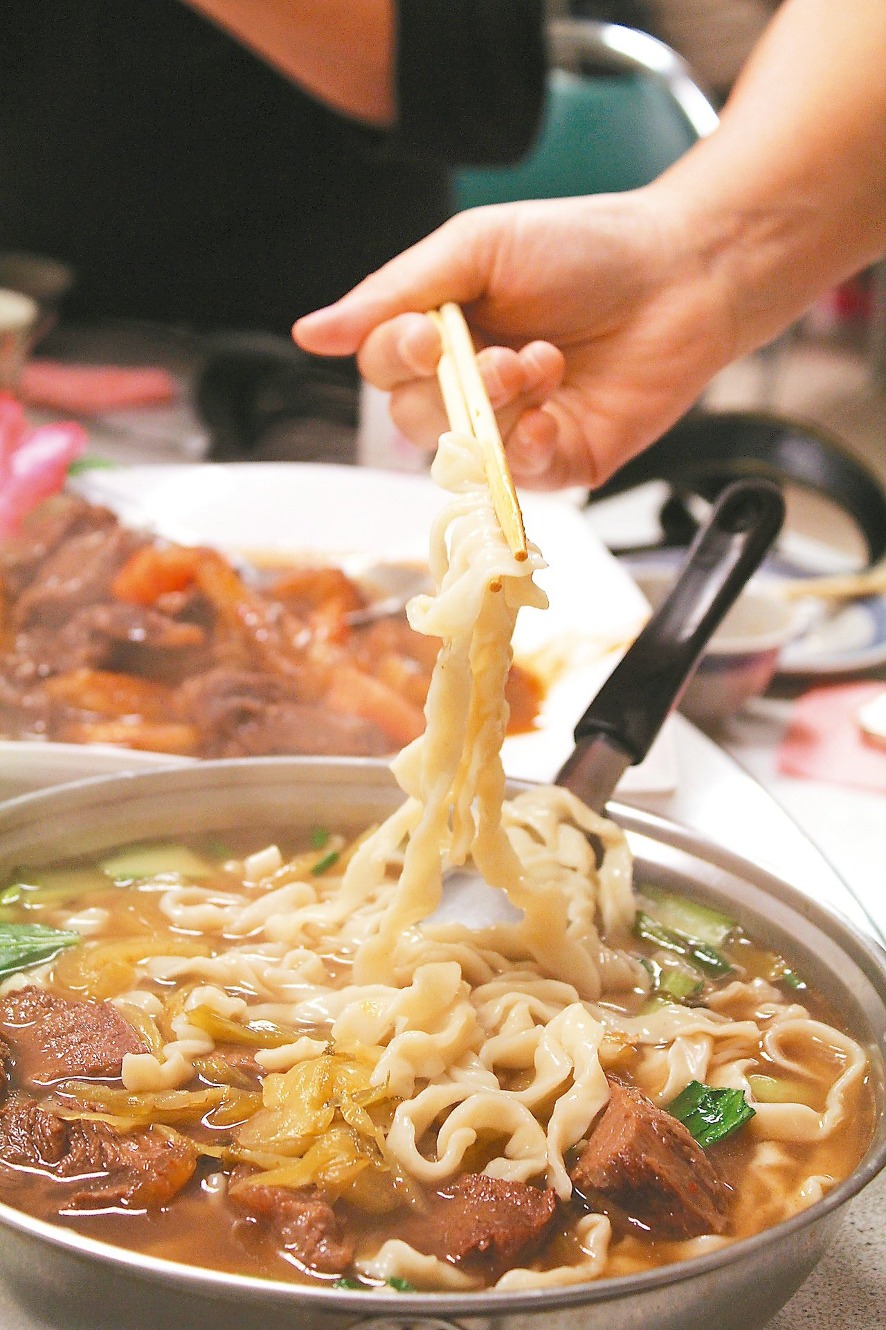 牛家莊幾乎人桌一盆的「紅燒牛肉麵」。 記者韓經淳/攝影