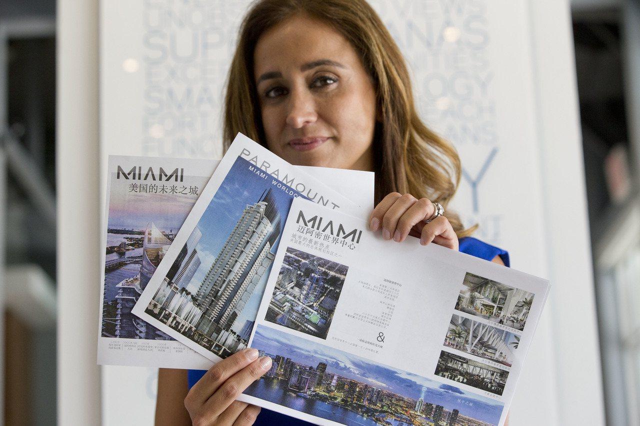 來自中國的大量現金流入美國房市。圖為邁阿密的一名房產經紀為中國買家印製中文介紹手...