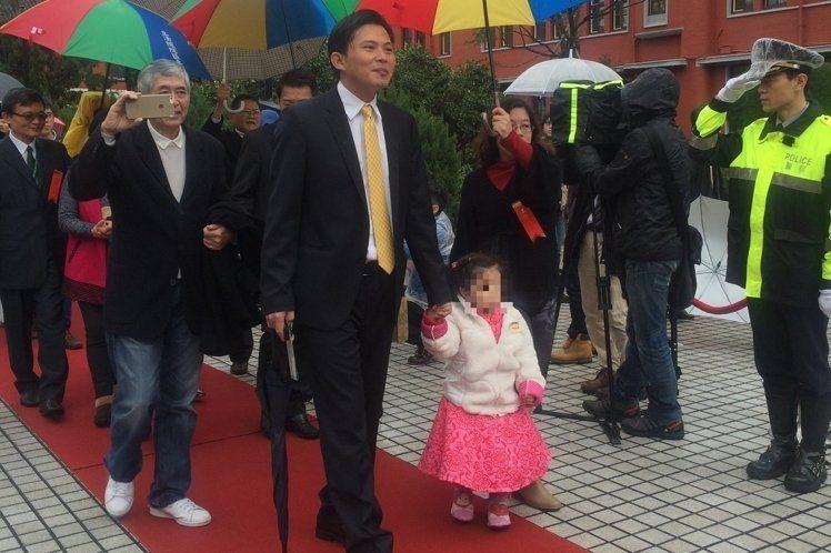 进立院第一天/黄国昌带女儿走红毯笑称在家被霸凌| 要闻| 即时| 联合放暑假日期