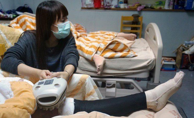 姊姊以器具按摩伃均的大腿止癢。 攝影/江佩津