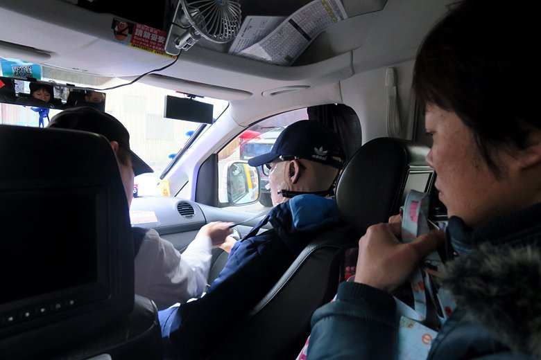 計程車司機幫忙繫上安全帶。 攝影/記者洪佳如