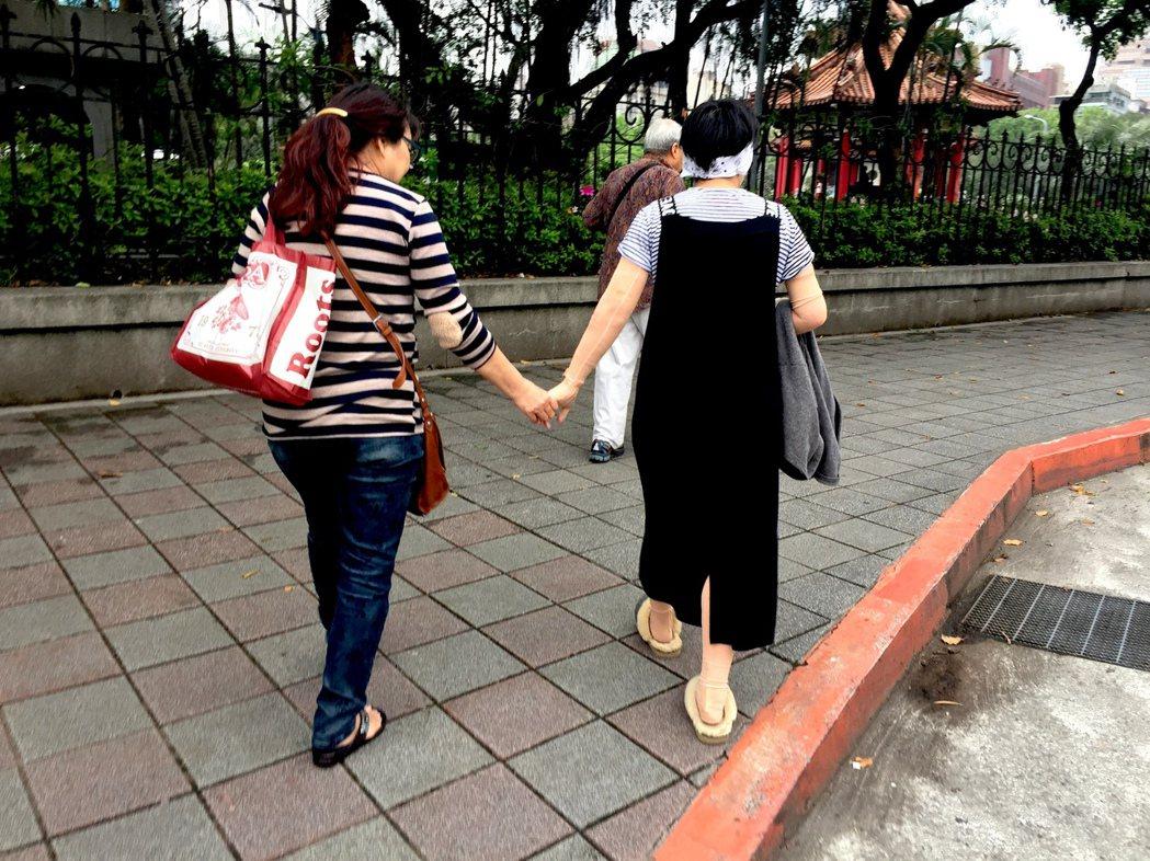 伃均跟媽媽走出醫院。 攝影/江佩津