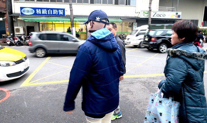 在爸媽陪伴下,依欣準備搭計程車離開復健中心。攝影/洪佳如。