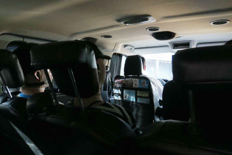 依欣與好友宛儒一同搭計程車離開復健中心。 圖/洪佳如