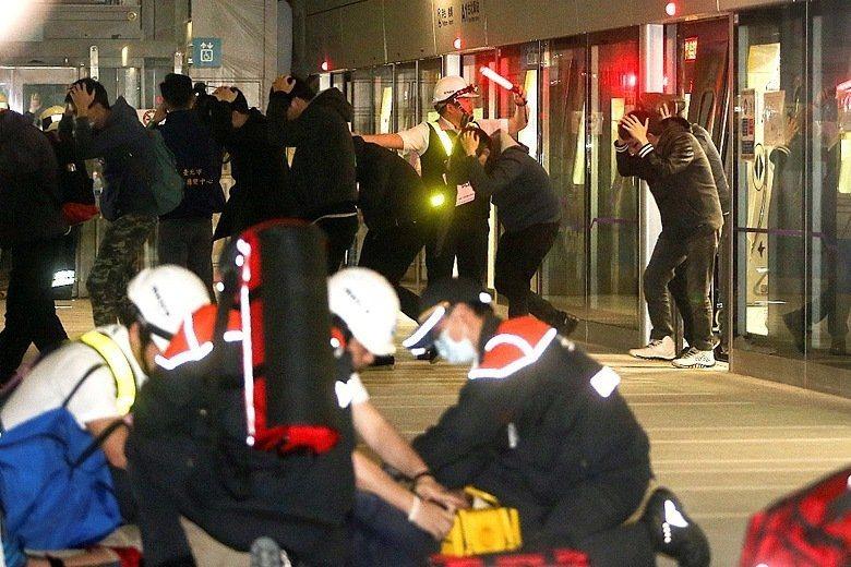 桃園機場捷運A1站模擬地震發生時疏散民眾之情形。(演習示意圖,與該次演習無關) ...