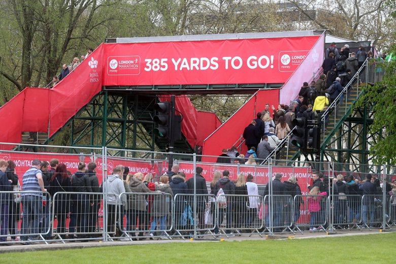 為防止群眾駐足觀賽,天橋將兩側圍欄圍上無法透視的布幕。 攝影/胡經周