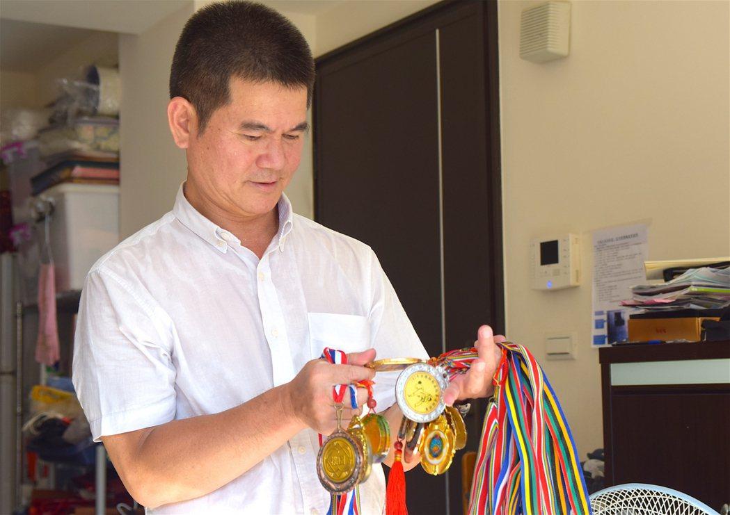 詹爸爸和記者細數閎鈞過去跆拳道比賽得獎紀錄。 攝影/章凱閎