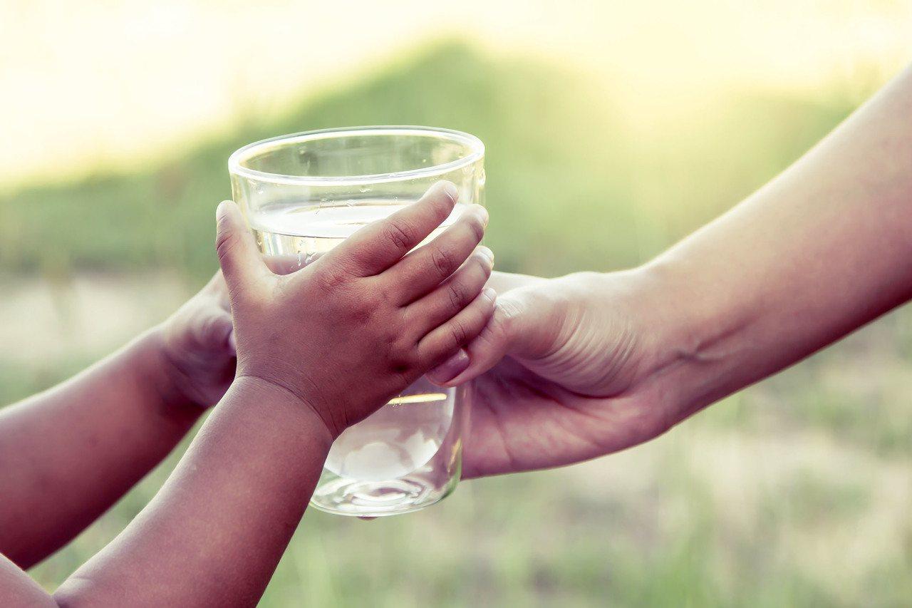 喝太多水會不會造成所謂的水中毒呢? 圖/shutterstock