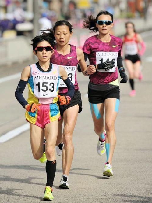 42歲的許玉芳(左二)參加過多次國際馬拉松賽,與世界好手較勁。圖/許玉芳提供