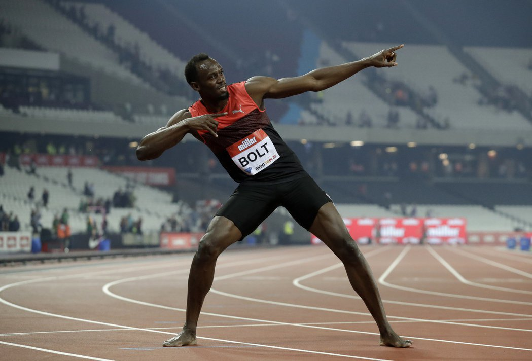 牙買加「閃電」柏特在倫敦舉行的國際田徑大獎賽的200公尺項目摘冠後,擺出招牌拉弓...