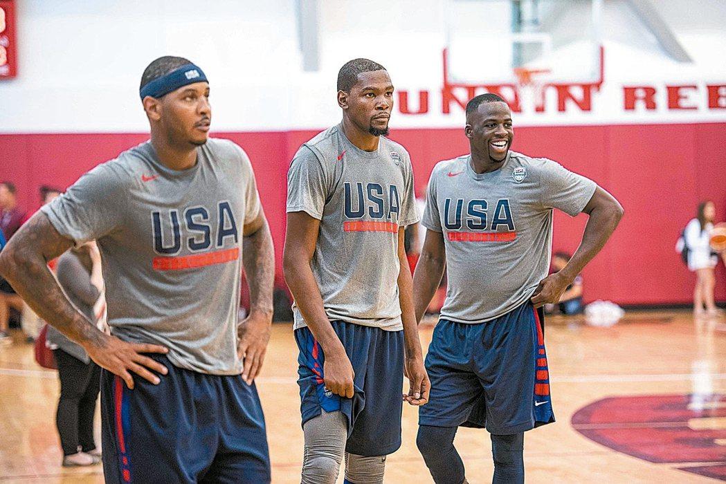 美國男籃隊由杜蘭特(中)與安東尼(左)領軍,要挑戰奧運三連霸。 路透