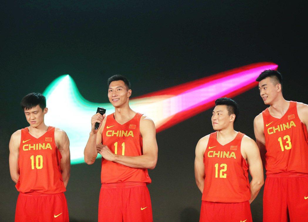 中國男籃日前舉行里約奧運出發儀式,主將易建聯(左二)代表致辭。 新華社