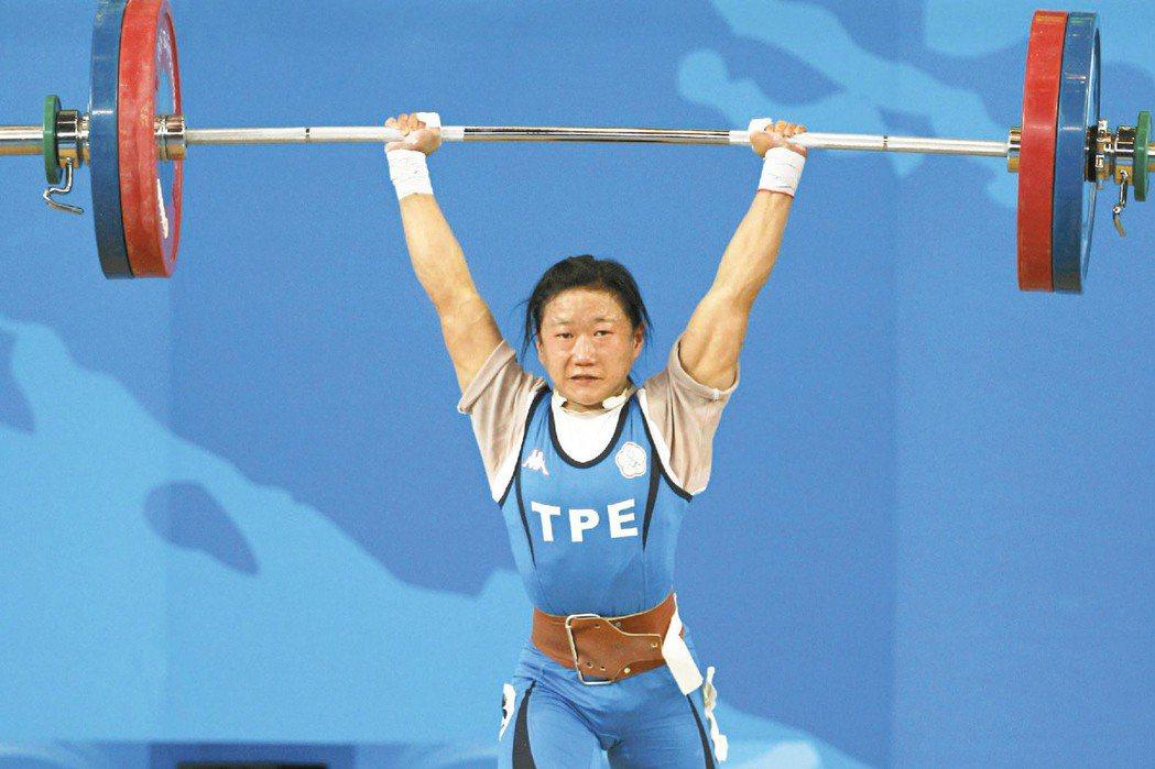 圖為中華隊陳葦綾在北京奧運舉重場上,摘下女子舉重48公斤級銅牌。 路透資料照