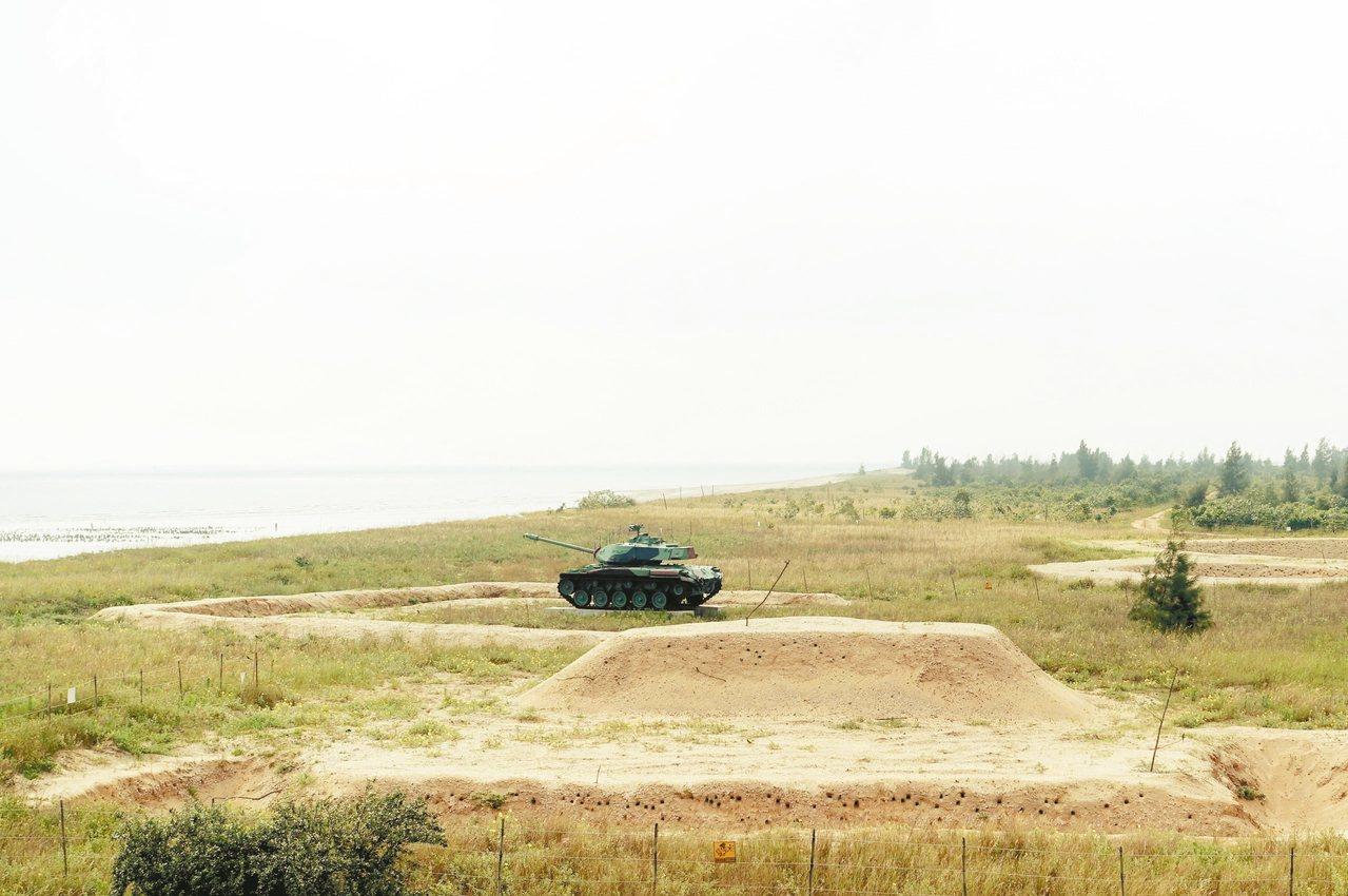 從三角堡遠眺栗喉蜂虎築巢的沙壁。 記者邱雯敏/攝影