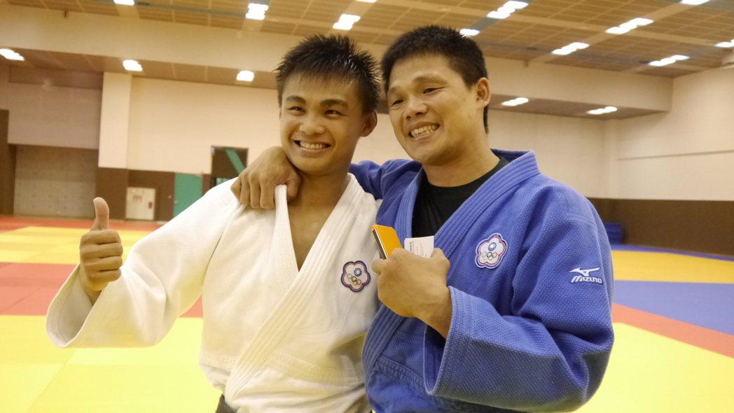 柔道小將蔡明諺(左)與教練黃呈堯(右)。 報系資料照