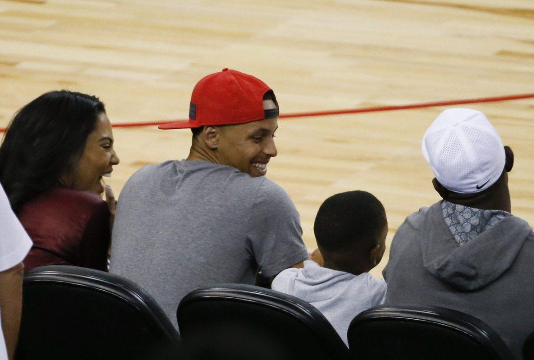 美國男籃熱身賽第三場來到勇士主場,柯瑞也到場觀戰加油。( 歐新社