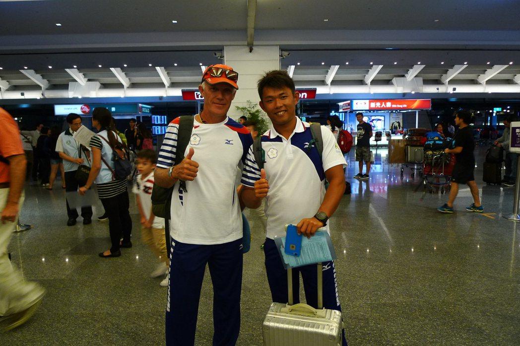 帆船國手張浩(右)於今天啟程前往里約。記者劉肇育/攝影