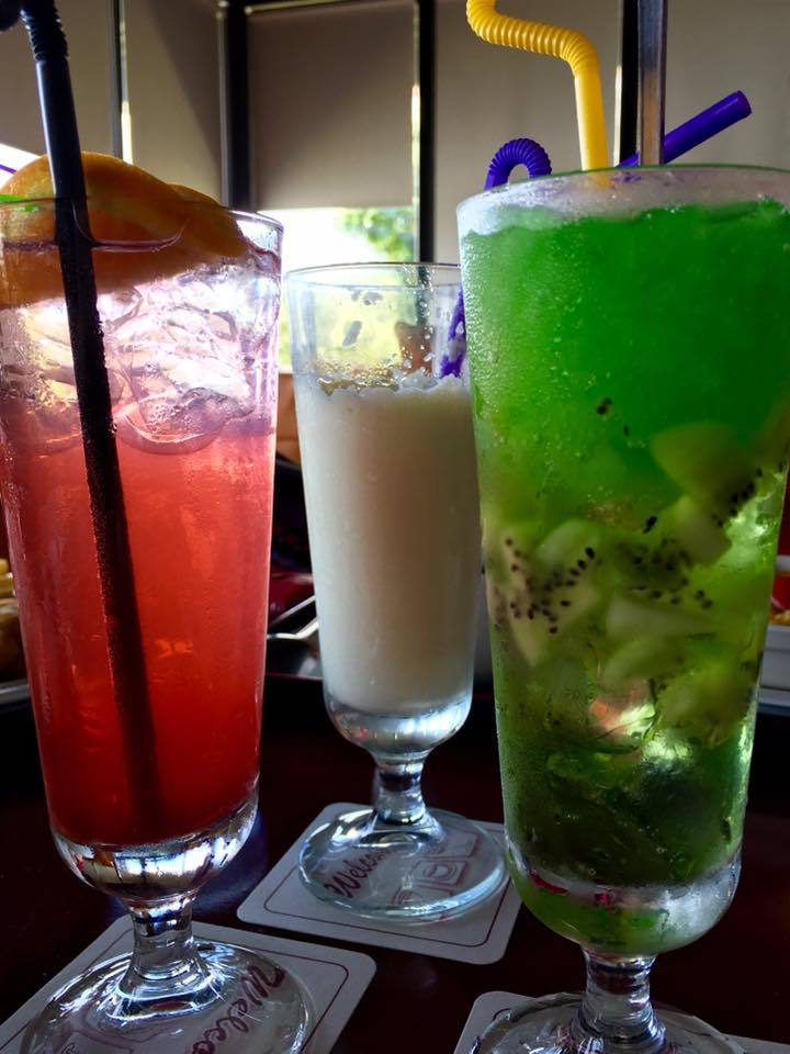 國健署指出,酒精及糖水會使身體流失更多水分,炎炎夏日補水應選白開水,而非啤酒、含...