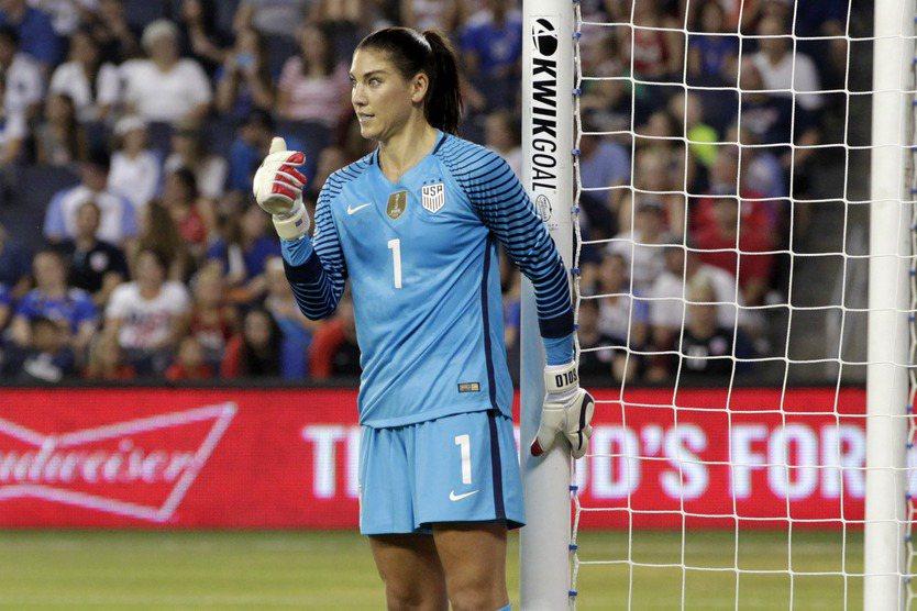 日前因在網路上傳1張具爭議性照片的美國女足球門將索蘿,抵達里約後特別向巴西民眾致...