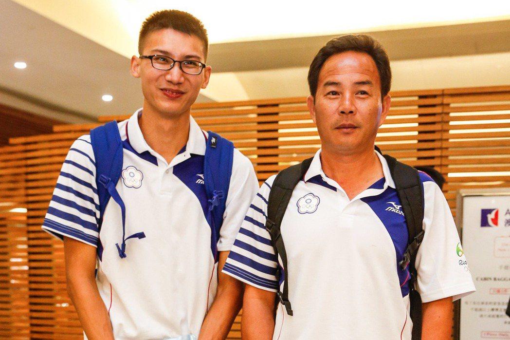 向俊賢(左)和教練孫念祖一同出征里約。    記者鄭超文/攝影