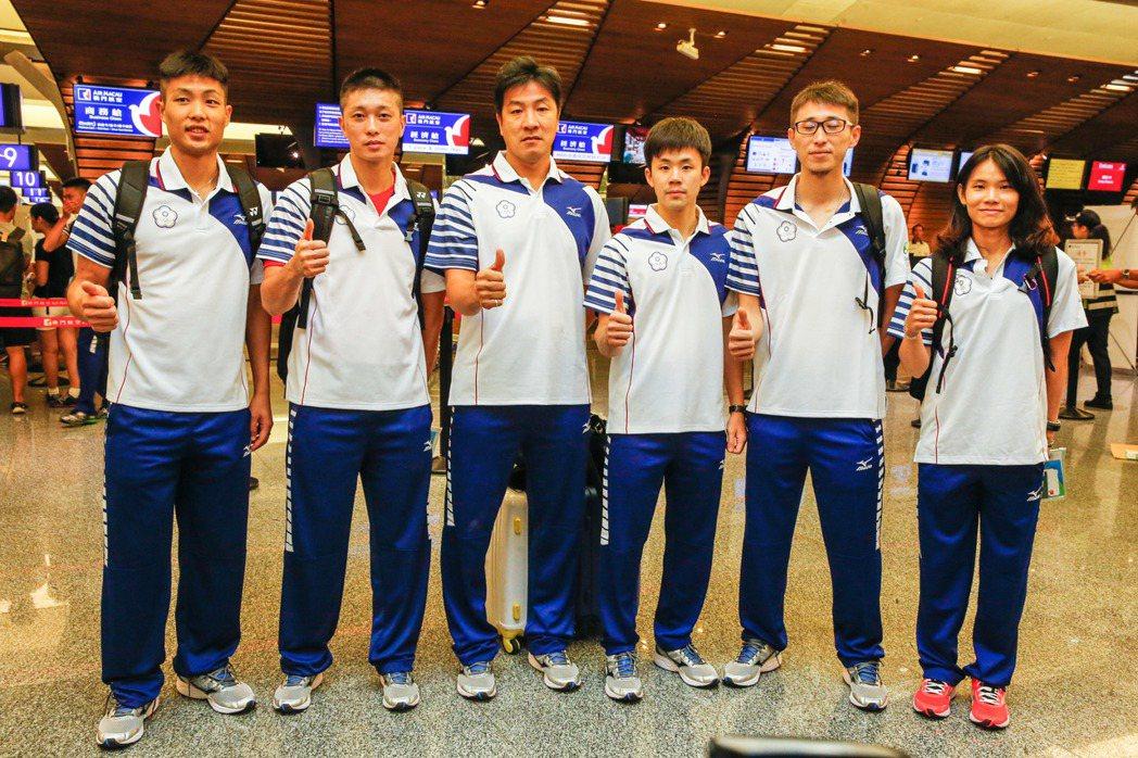 中華羽球隊昨天出發前往里約,戴資穎(右一)是唯一女將。   記者鄭超文/攝影
