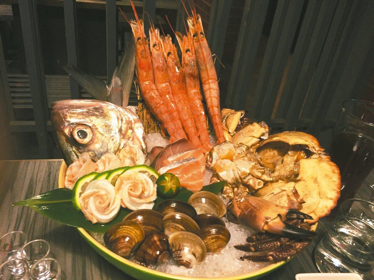 六合極品海鮮鍋物店以頂級海鮮聞名(圖),肉品油花分布漂亮,肉質甜。 記者蔡家蓁/...