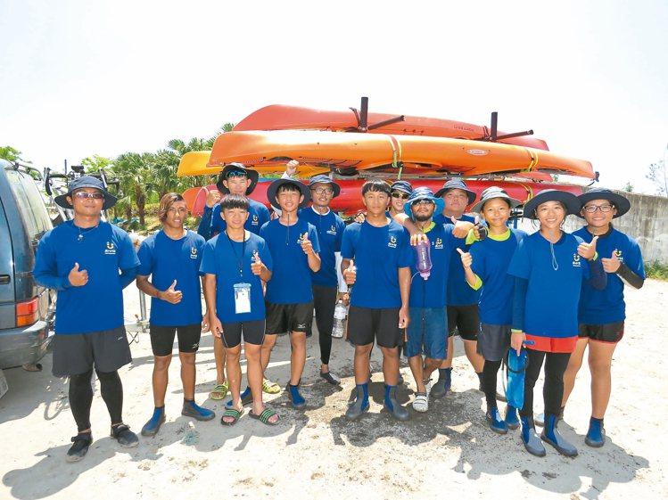 孩子的書屋挑戰獨木舟環島,昨天中午順利返回台東。 記者潘俊偉/攝影