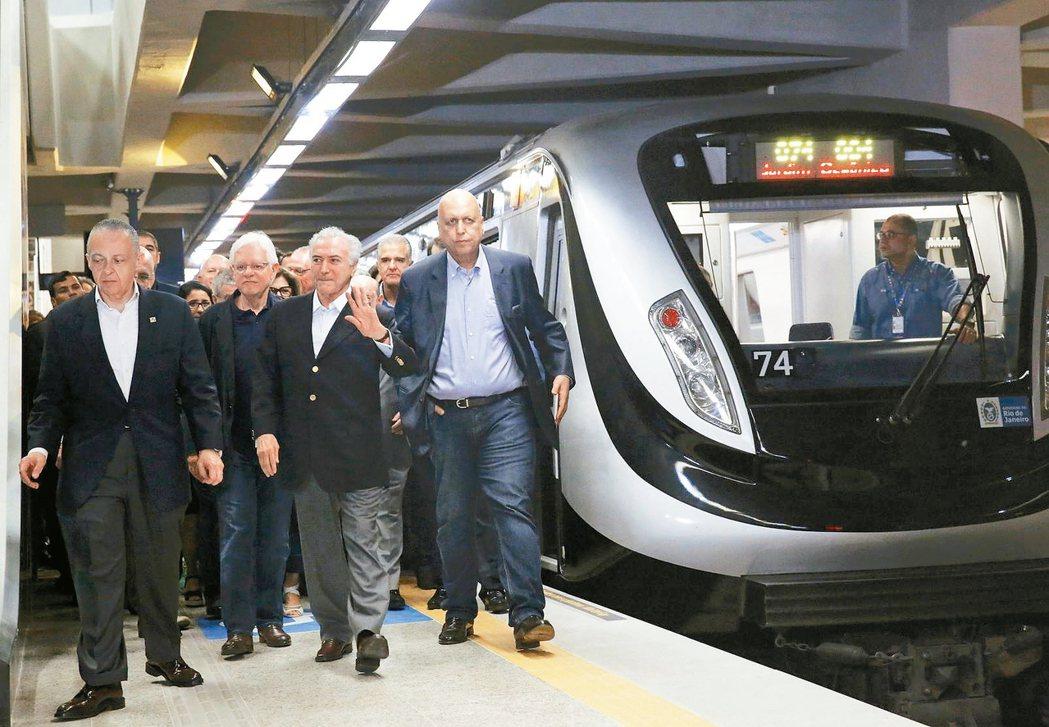 趕在奧運開幕前6天,里約地鐵4號線終於通車,巴西代總統德梅爾今天出席開通儀式。 ...