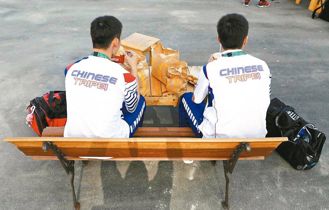 已抵達里約的中華隊員,在奧運選手村享用麥當勞。 路透