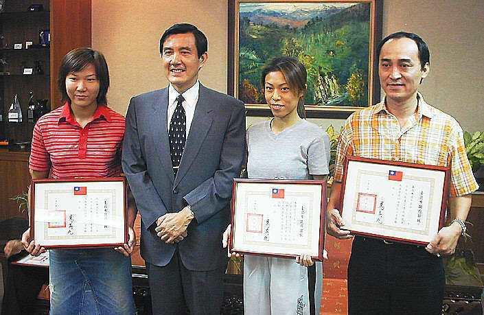 吳志展(右)2001年奪下東亞運金牌後,獲當時的台北市長馬英九接見。 聯合報系資...