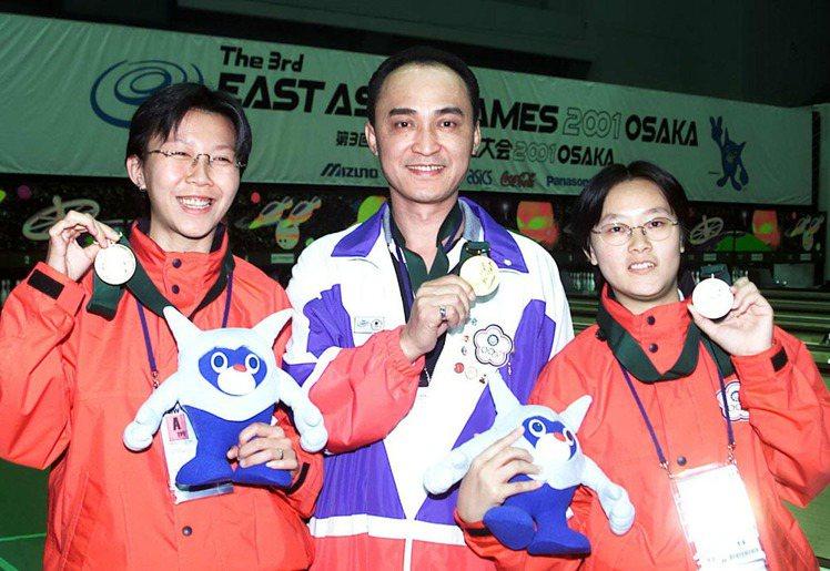 吳志展(中)曾在2001年東亞運奪下保齡球個人賽及團體賽金牌,另外為銀牌王宜芬(...