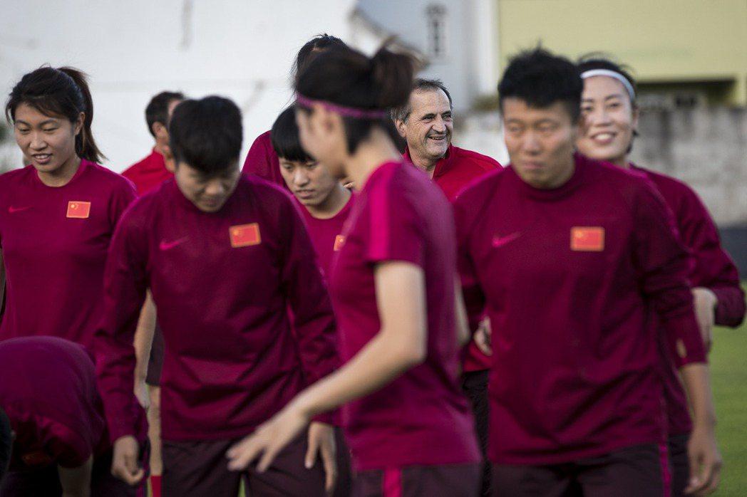大陸女足備戰奧運進行訓練。 新華社