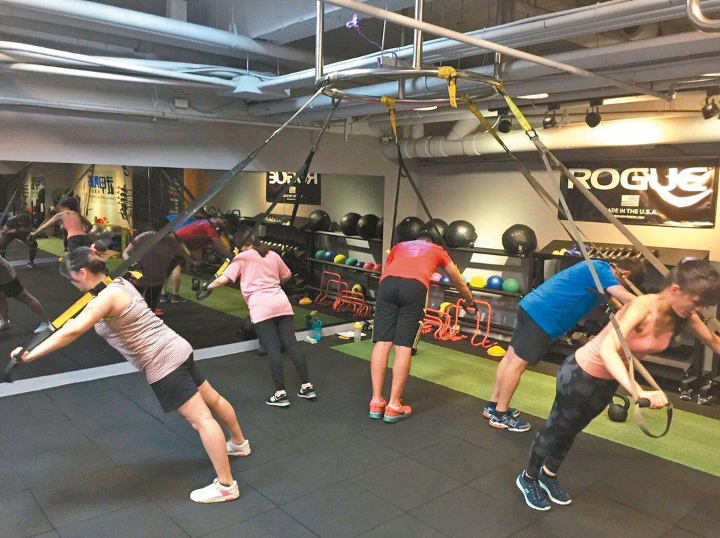 想培養運動習慣,醫師建議可「揪團運動」,互相激勵不懶散。 記者鄧桂芬/攝影