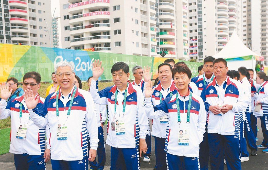 中華代表團進場時揮手致意。 特派記者陳正興/攝影