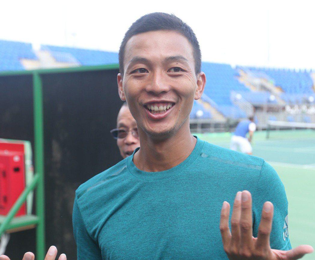 巴西里約奧運即將開幕,中華隊網球選手盧彥勳3日在網球中心練球後,接受媒體訪問談近...