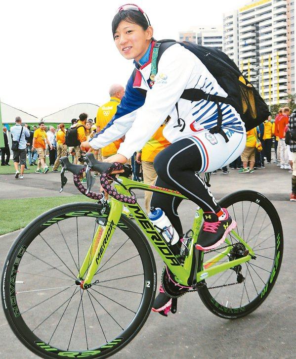 女子自由車選手黃亭茵認為海風及石板路都是比賽的大挑戰。 特派記者陳正興/攝影