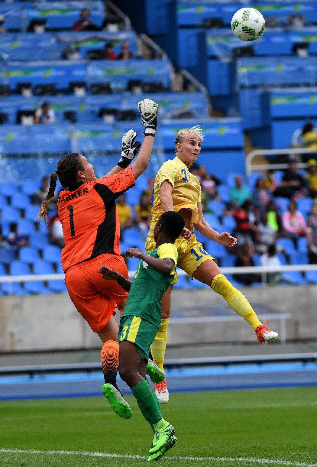 里約奧運女足比賽在奧林匹克體育場開賽。瑞典隊球員索·雅各布松(右)在比賽中爭搶頭...