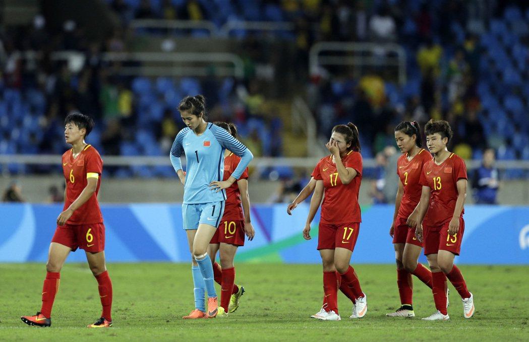 中國大陸隊4日凌晨以0比3敗給巴西隊,全隊露出失望神情。 美聯社