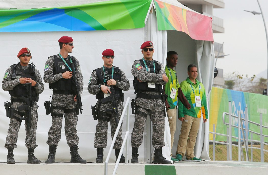 中華臺北會旗升旗典禮在里約時間上午十一點半舉行,選手村進出口有武裝的軍警戒備,維...