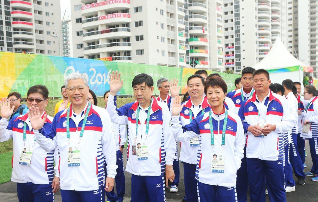 中華隊出席會旗升旗儀式,揮手向眾人致意。特派記者陳正興/攝影