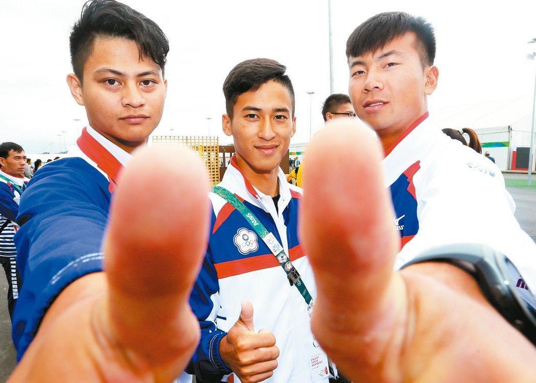 男子射箭高浩文(左起)、余冠燐、魏均珩成為中華代表團率先上場的選手。 特派記者陳...