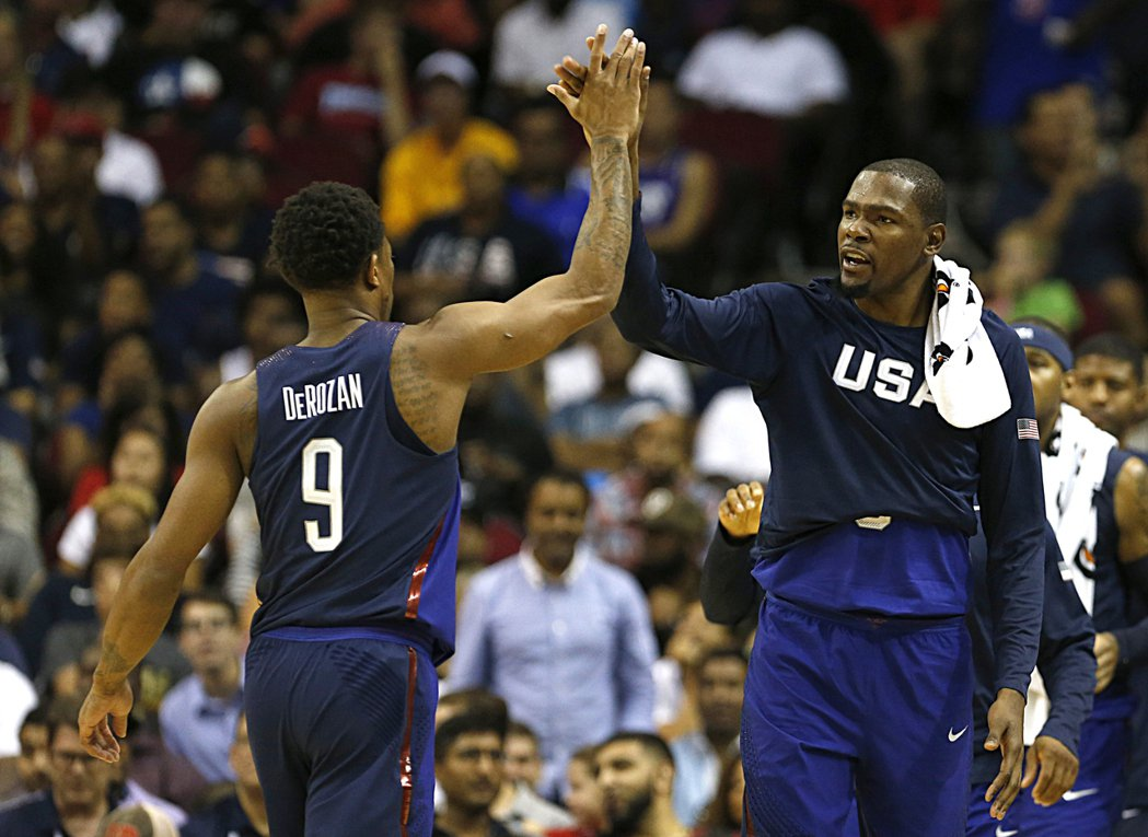 美國男籃士氣高昂,右為杜蘭特,左為德羅展。 美聯社